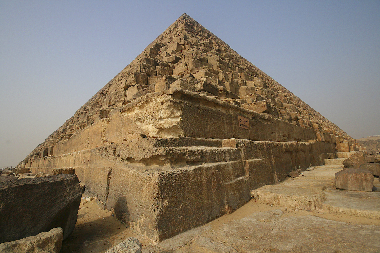 the great pyramid khufu He is generally accepted as being the builder of the great pyramid of three small pyramids to the east of khufu's pyramid are tentatively thought to belong.