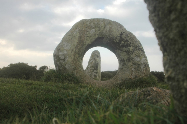 Мен-ан-Тол (Men-an-Tol holed stone)